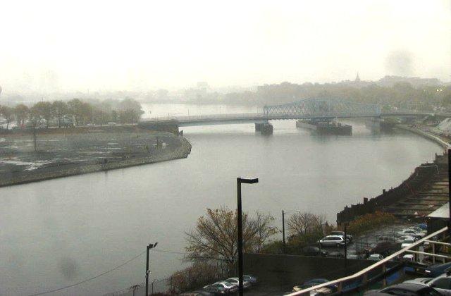 chiếc cầu bên ngoài cửa sổ