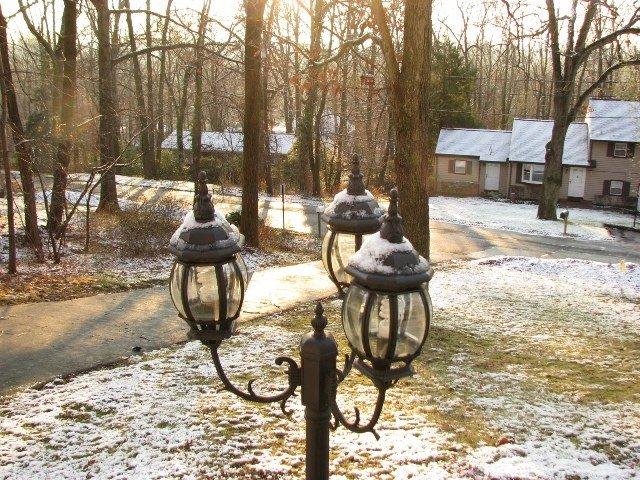 sân trước khi nắng lên tan tuyết