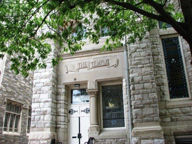 Trường có những building cổ kính với tường đá và dây leogiống như những trường được gọi là ivy league