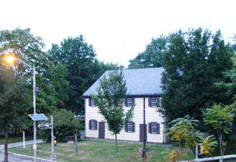 Ngôi nhà cổ bên cạnh trạm xe lửa