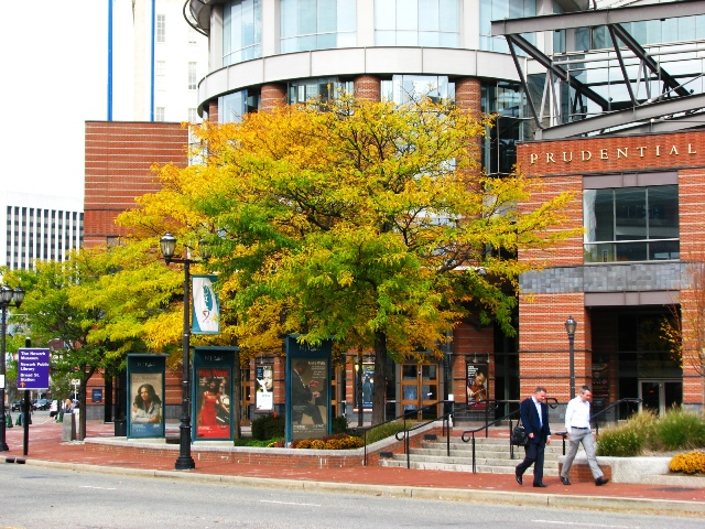 trước nhà hát thành phố