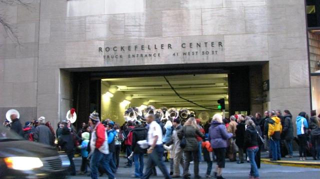 dàn nhạc ra khỏi đường hầm dưới Rockerfeller building