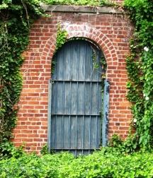 Cánh cửa mở vào khu vườn thần tiên.