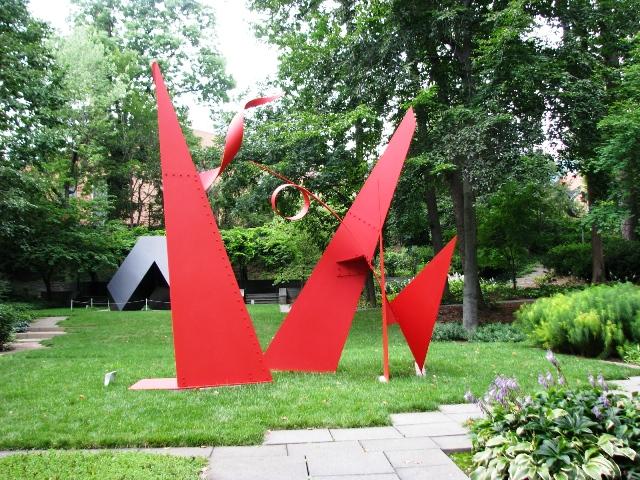 Tác giả: Alexander Calder, người Hoa Kỳ (1898-1976), tựa đề 100 Yard Dash, sáng tác năm 1969, làm bằng thép, sơn đỏ