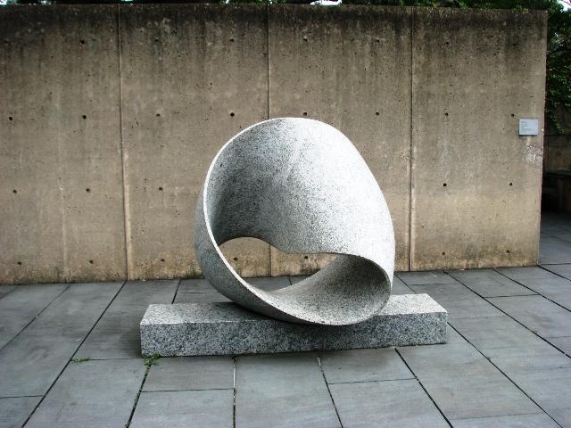 Tác giả: Max Bill , Người Thụy Sĩ, (1908-1994), tựa đề Endless Ribbon (Dải nơ vô tận), sáng tác 1953, mẫu ban đầu làm năm 1935, làm bằng đá granite