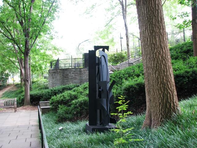 Louis Nevelson, người Mỹ gốc Ukraine, (1900-1988), tác phẩm làm từ năm 1971-1976, bằng nhôm sơn đen