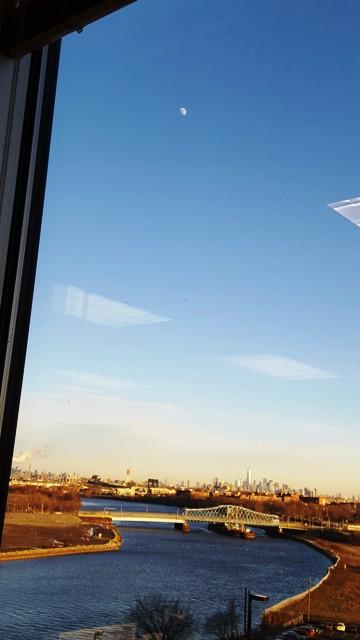 nhìn ra cửa sổ trước khi về