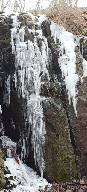 băng đóng ở vách đá