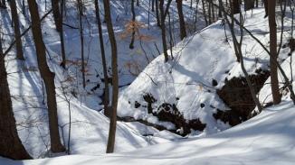 đường mòn, vực sâu, đồi tuyết phủ