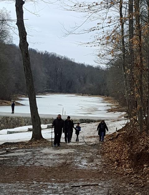 lớp băng trên hồ chưa tan