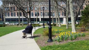 người ngồi sưởi nắng trầm tư