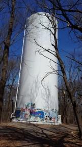 Cuối một góc đường hiking ở hướng Bắc có một cái bồn chứa nước bị vẽ bậy bạ lên vách bồn. Người ta sơn bít rồi cũng bị vẽ lại. Thường những chỗ bị vẽ bậy người ta hay dùng chữ tục, tôi tự hỏi tại sao? Sao không dùng sơn màu vẽ cái gì đó hay chữ gì khác. Tại sao người ta lại ám ảnh với hành động giao cấu và bộ phận sinh dục?