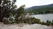 Đứng trên núi nhìn xuống thấy nhiều ngôi nhà xinh đẹp dọc ven sông.