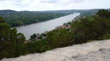 Chiều chiều ra đứng bờ sông. Sông xa xa tít mà lòng em đau.