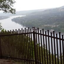 Có nơi người ta dựng hàng rào để người xem đừng đến gần ven núi sợ bị ngã.