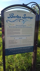 Barton Springs, nước suối chảy từ dòng nước ngầm được ngăn lại làm thành hồ tắm. Nước có nhiệt độ ôn hòa quanh năm từ 68 độ F đến 72 độ F. Đáy hồ là đá vôi nên có thể cắt cứa chân và đóng rêu khá trơn.