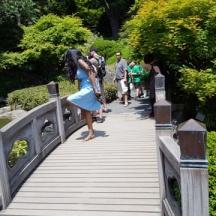 người đẹp đứng một chân tháo giày trên cầu