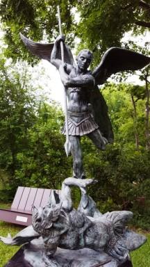 Thánh Michael đâm mũi giáo vào Lucifer