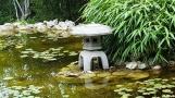 Một trụ đèn đặt bên cạnh hồ
