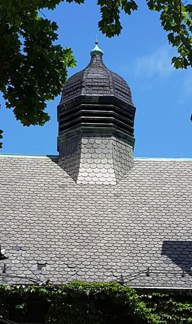 một phần mái nhà thờ