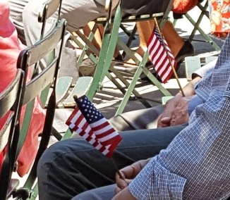 Những lá cờ Hoa Kỳ trên tay người dự lễ