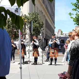 Những người thổi kèn bagpipes trong buổi lễ truy điệu