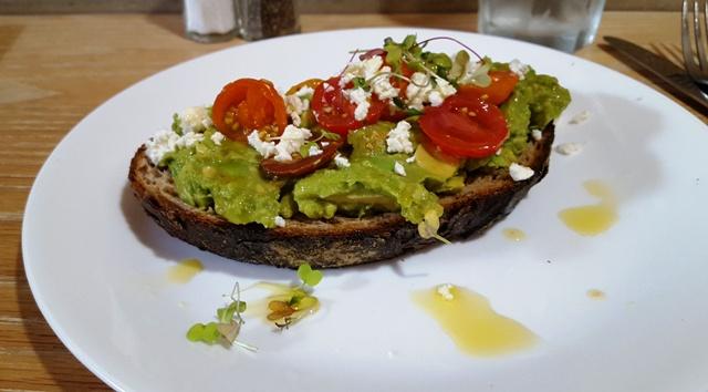 bánh mì với avocado kiểu Úc