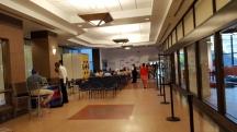 Từ xa đã thấy ban nhạc ở một góc trong concourse, con đường hành lang nối liền các tòa nhà để người ta có thể đi từ góc đường này sang góc đường khác mà không phải đi ngoài đường phố.