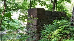 Bức tường đá này ở bên cạnh một con suối. Nơi đây đã từng là nhà của một gia đình đến đây khai khẩn đất hoang. Tường đá phẳng vuông vức, nhưng không thấy dấu vết của hồ keo hay xi măng. Nhìn cứ tưởng đá chồng lên nhau và tự đứng vững với thời gian.