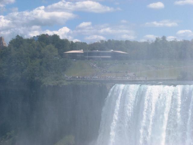 đứng bên Canada nhìn thấy người bên Hoa Kỳ đang ngắm thác.
