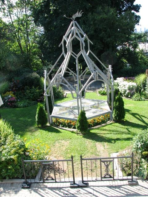 câú trúc điêu khăcs ở sân sau được dùng để chưng hoa hay làm khán đài