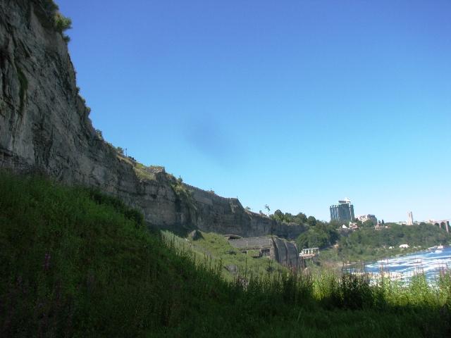 dưới lòng thác nhìn lên miệng thác thấy vách núi dựng đứng