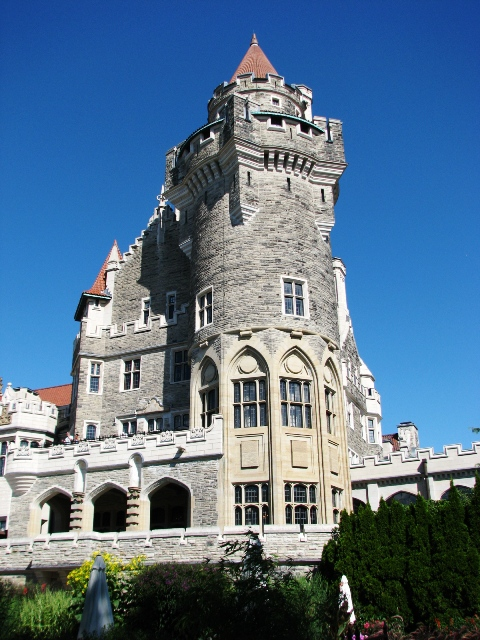 lâu đài nhìn từ công viên phía  sau