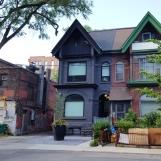ngôi nhà cổ sơn hai màu ở bãi đậu xe công cộng gần phố Tàu Toronto