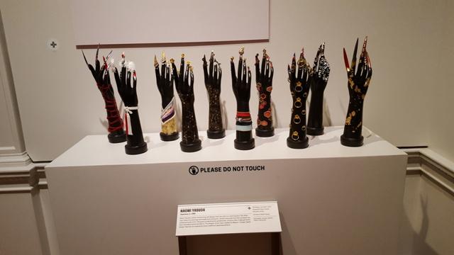 những bàn tay sơn của Naomi Yasuda