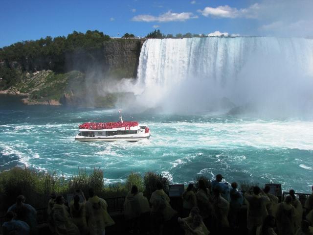 thuyền đi ngược dòng thác