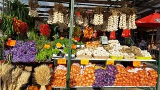 Cửa hiệu bán hành tỏi đầy màu sắc, có bán cả hoa oải hương.