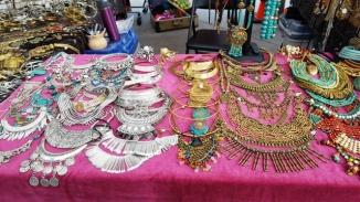 Đồ trang sức của phụ nữ như vòng cổ hoa tai, bày bán ở dọc hè phố có che rạp dựng mái