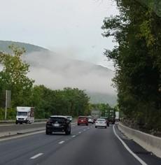 Đường cao tốc mù sương trên lưng chừng núi