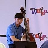 Buổi trưa đi xem hòa nhạc jazz ở gần chỗ làm. Ban nhạc jazz có bốn người, trống, kèn, đại hồ cầm và dương cầm. Dương cầm thủ đến trễ. Lần đầu tiên tôi thấy một đại hồ cầm thủ người Á châu chơi trong ban nhạc jazz.