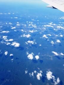Nhìn mây trôi từ cửa sổ