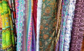 Cửa hàng bán vải tơ màu sắc hoa văn rất thu hút