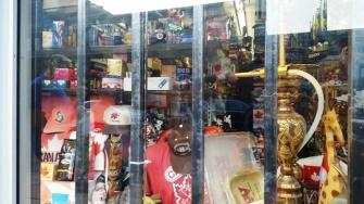 Cửa hàng bán đồ cũ (hay là tiệm cầm đồ gì đó) màu sắc đồ lạ mắt.