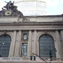 Bên ngoài Grand Central Terminal ở góc đường thứ 42 và đường nào đó quên mất, Fifth Ave. hay 6th.