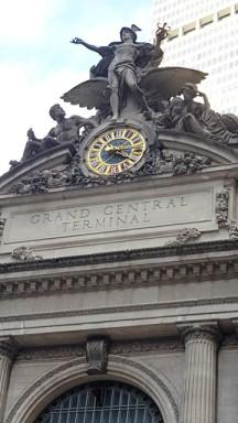 Một trang trí ở trên nóc nhà ga, tượng Hercules.