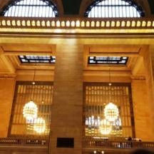Một góc bên trong nhà ga có đèn treo trần