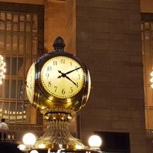 Một trong những nét đẹp và sang của nhà ga, đồng hồ có bốn mặt.
