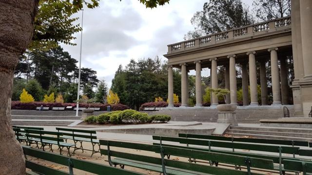 goc-ben-canh-san-khau-cua-ampitheater