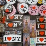 """Những huy hiệu """"I Love New York"""" trong một cửa hàng."""