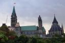 Từ xa nhìn thấy mảng màu hồng trên mái tòa nhà quốc hội